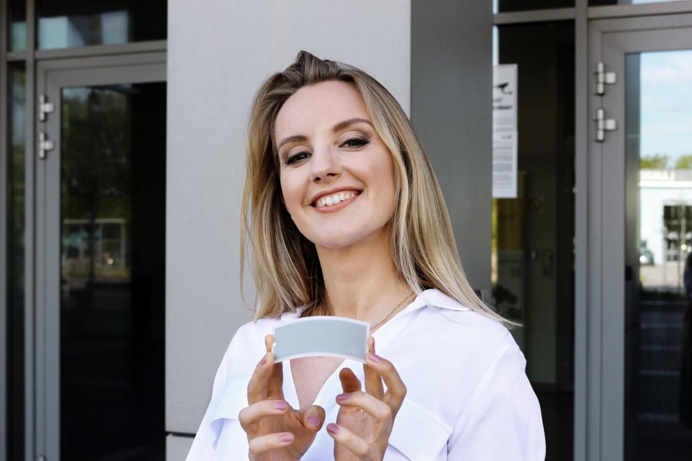 Olga Malinkiewicz prezentująca ogniwo perowskitowe